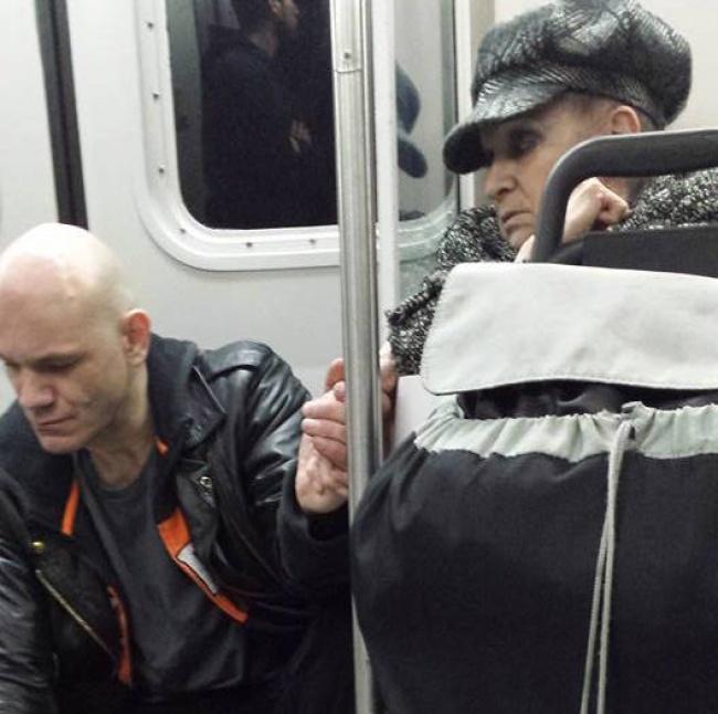 Бабушка успокоила буйного мужчину в метро